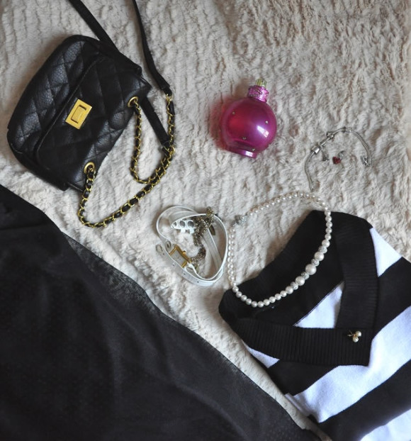 Bolsa estilo Chanel, pulseira Pandora, colar Morana, blusa da Feira dos Goianos e perfume Fantasy Britney Spears