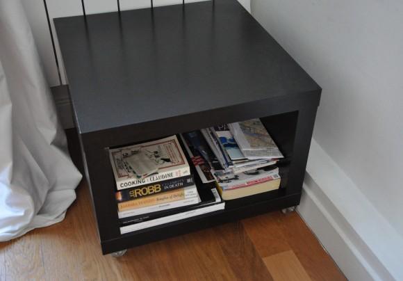 Armário com várias revistas e folders sobre a cidade