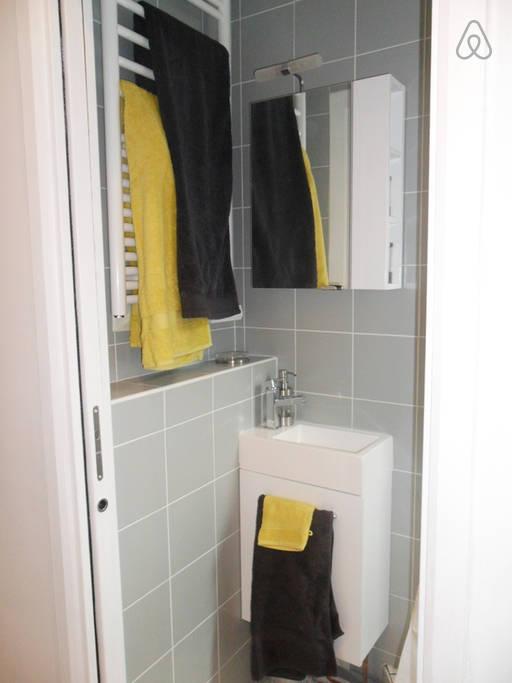 Banheiro, a parte da pia e o secador de toalhas