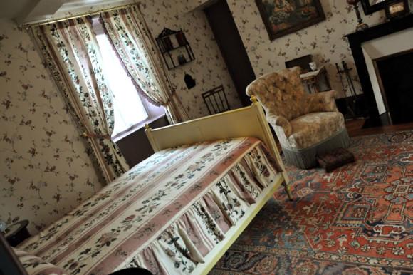 Dentro da casa, destaque para o quarto/ateliê do pintor