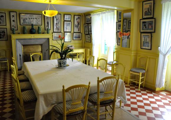 A sala de jantar toda amarelinha
