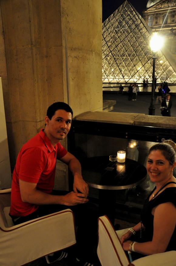Jantar no Café Marly com vista para a pirâmide do Louvre: mais lindo, impossível