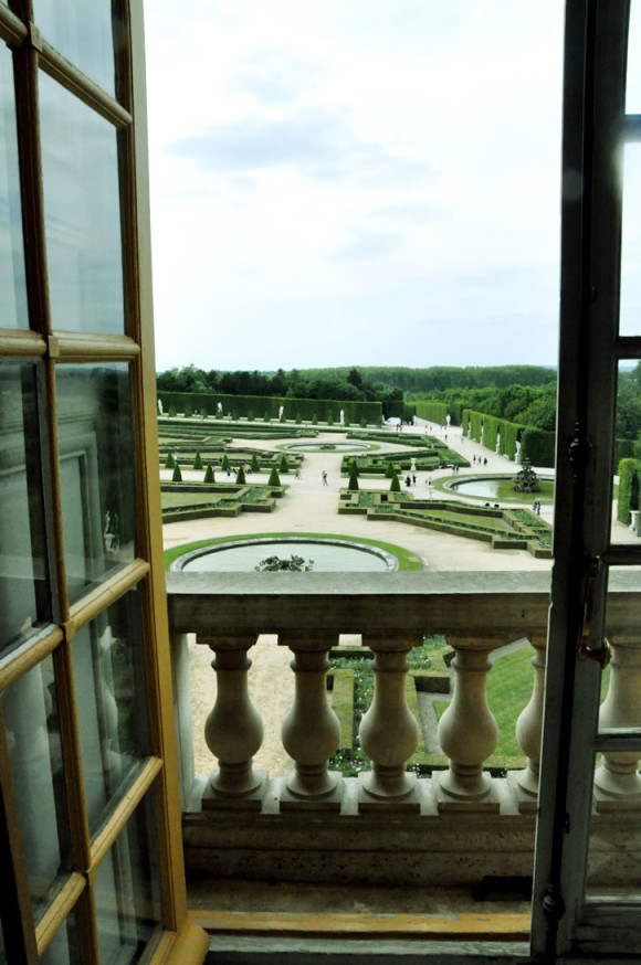 No palácio principal, jardins milimetricamente impecáveis