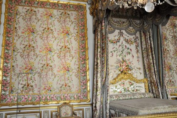 No quarto principal, destaque para a passagem secreta por onde Maria Antonieta escapou dos revolucionários